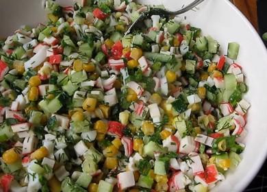 Как научиться готовить вкусный салат с крабовыми палочками кукурузой, яйцами и огурцом 🥗