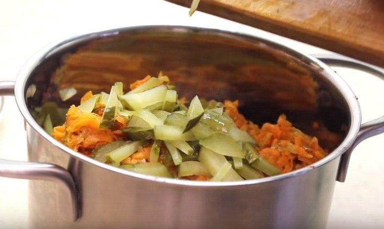 Нарезаем маринованные огурцы соломкой и добавляем в салат.