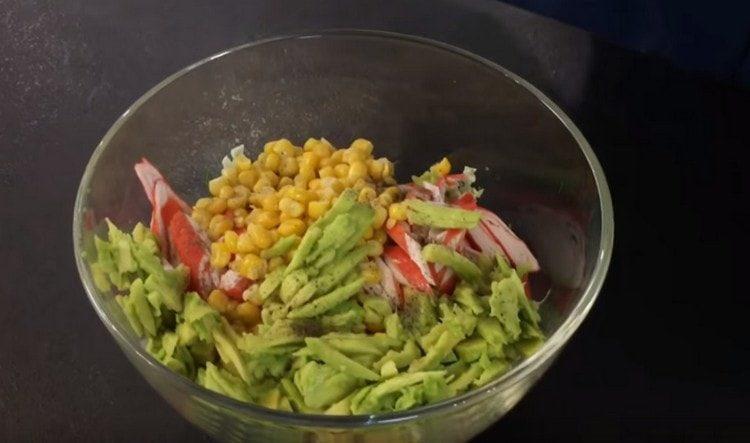 Солим и перчим салат по вкусу.