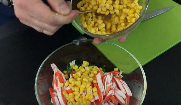Добавляем к подготовленным ингредиентам кукурузу.