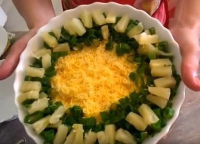 Как научиться готовить вкусный салат с крабовыми палочками и ананасом 🍍