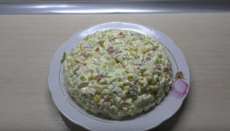 Заправляется такой салат с крабовыми палочками и кукурузой обычно майонезом.
