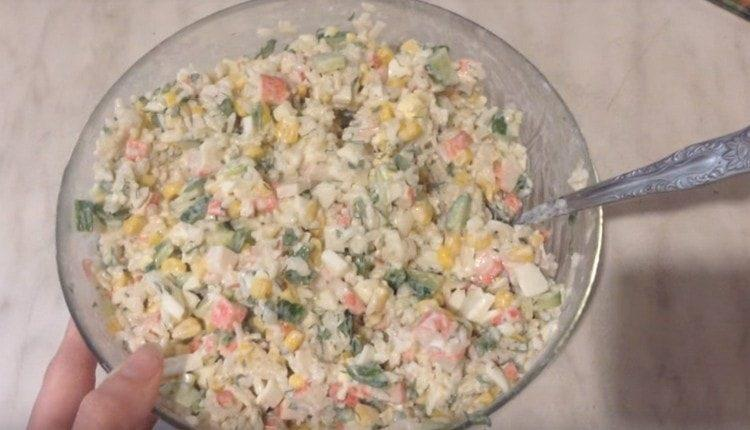 Вот такой вкусный салат с крабовыми палочками и рисом у нас получился.