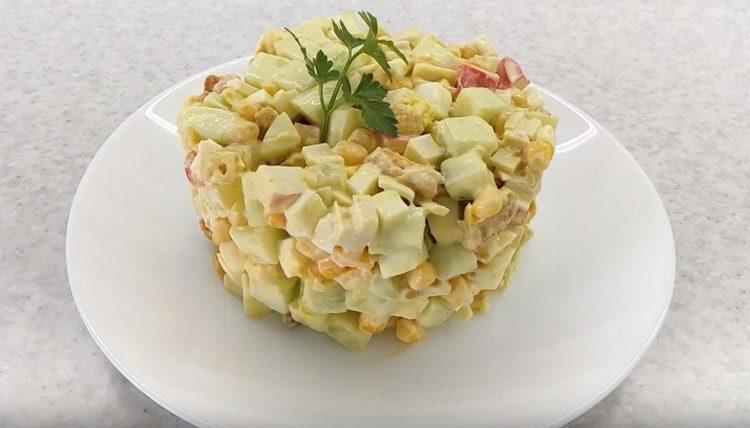 такой салат с крабовыми палочками и сухариками можно красиво подать, оформив при помощи кондитерского кольца.