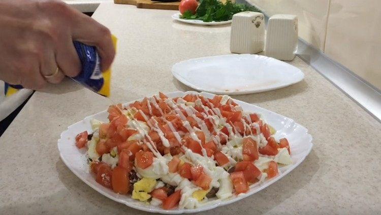 сверху выкладываем помидоры и тоже добавляем майонез.
