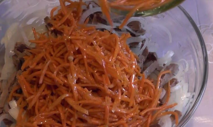 Соединяем в салатнике печень, маринованный лук и корейскую морковку.