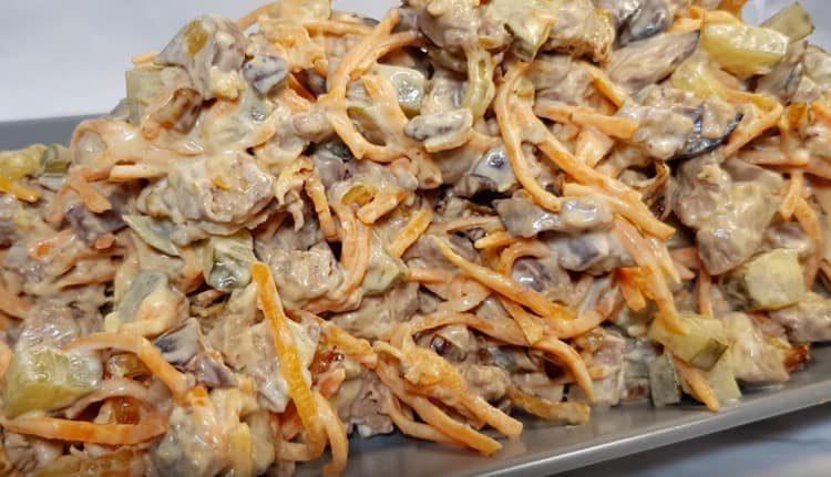 такой салат с куриной печенью и корейской морковью заправляют майонезом.