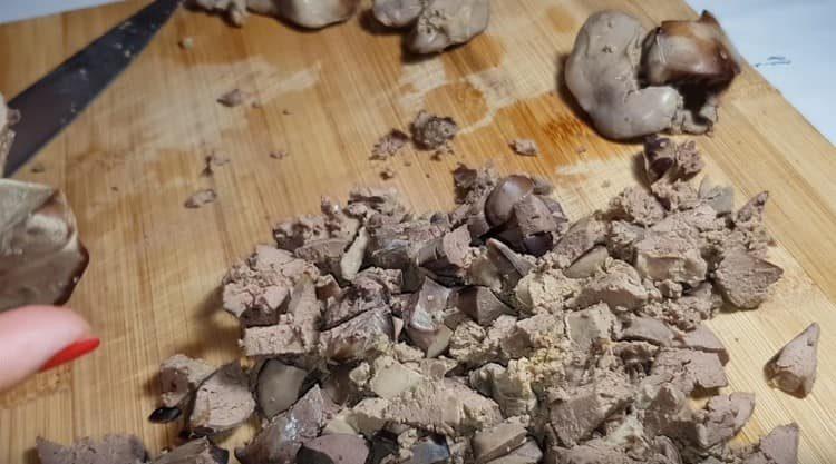 отваренную куриную печень тоже режем кусочками.