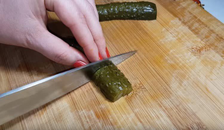 нарезаем также соленые огурцы.