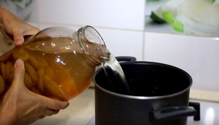 Сливаем получившийся сироп в кастрюлю и доводим его до кипения.