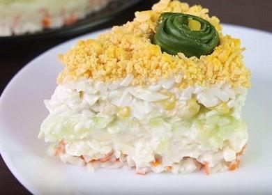 Как научиться готовить вкусный слоеный салат с крабовыми палочками 🥗