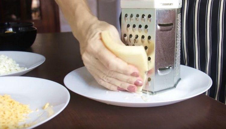 натираем на терке твердый сыр.