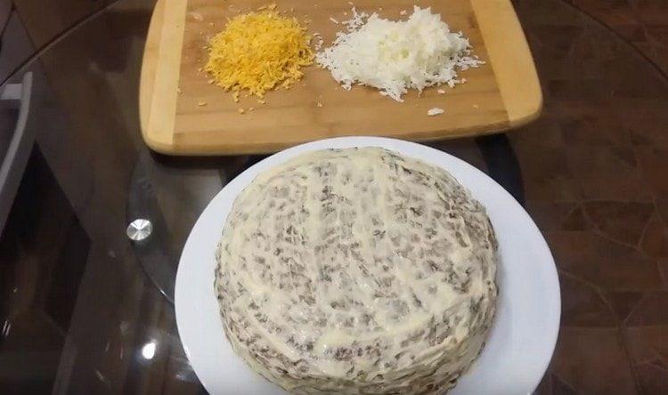 По бокам и сверху обмазываем торт майонезом.