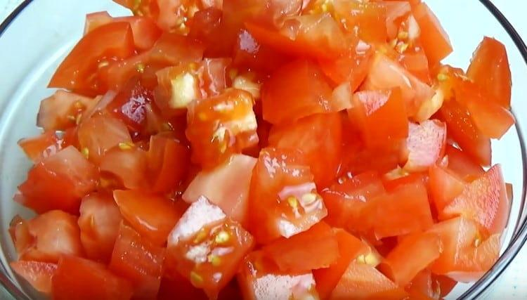 Кубиком нарезаем помидоры.