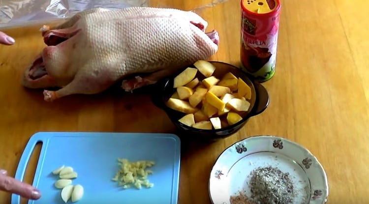 тушку утки потрошим, промываем, нарезаем кусочками айву, чеснок.