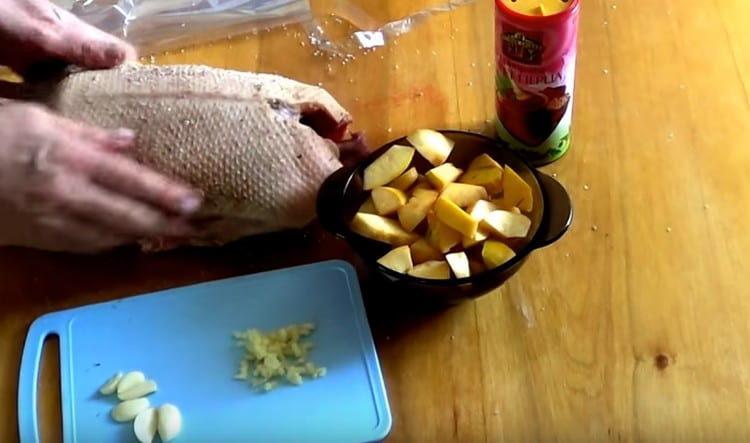 натираем тушку утки адыгейской солью.