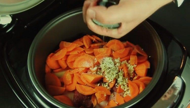 Мясо и овощи выкладываем в чашу мультиварки, добавляем соль, перец.