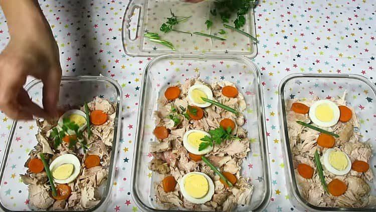Для крашения добавляем кусочки отварных яиц, моркови, зелени.