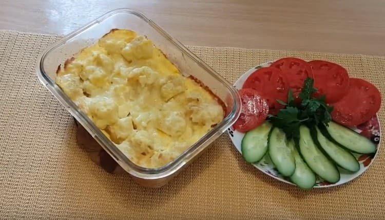 Цветная капуста, приготовленная в духовке с яйцом, это легкое, но питательное блюдо.