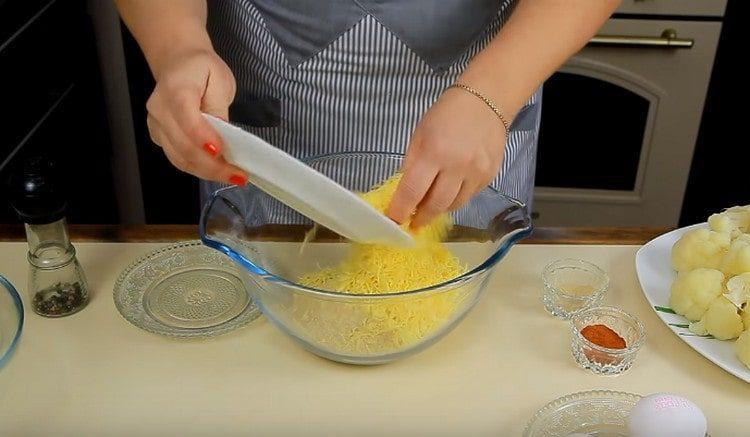 Смешиваем панировочные сухари и натертый на мелкой терке сыр.