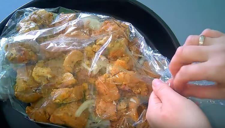 Завязываем рукав с обеих сторон и ставим в духовку.