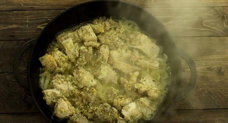 Под конец запекания фольгу убираем, чтобы мясо подрумянилось.