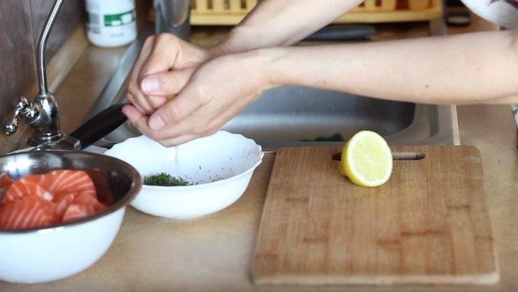 Измельчаем зелень, перемешиваем ее с растительным маслом, лимонным соком, солью и перцем.
