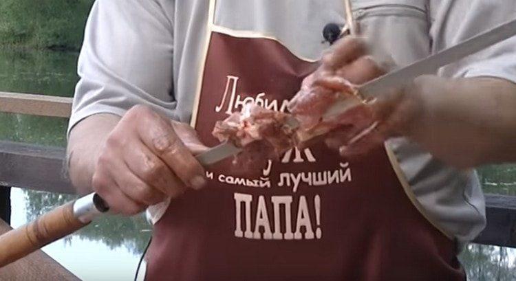 кусочки мяса нанизываем на шампур.