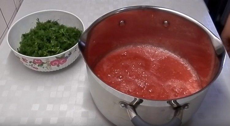 Выливаем получившуюся овощную массу в кастрюлю.