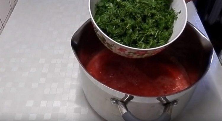 Добавляем к томатно-чесночной массе измельченную зелень.