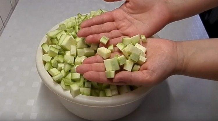 Нарезаем кубиком кабачки.