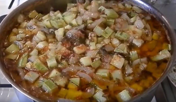 В закипевшую томатную массу выкладываем кабачки и перец.