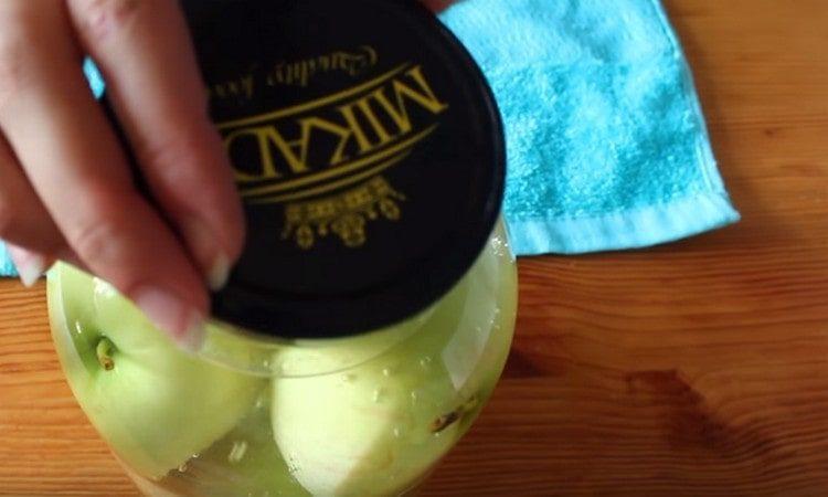 накрываем банку крышкой и оставляем яблоки в кипятке.