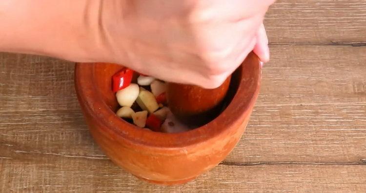 Для приготовления блюда изомните в ступке приправы