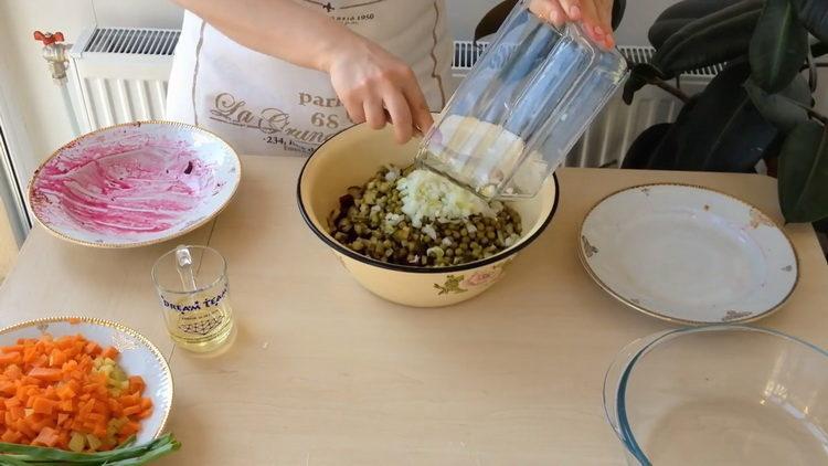 Для приготовления салата добавьте лук