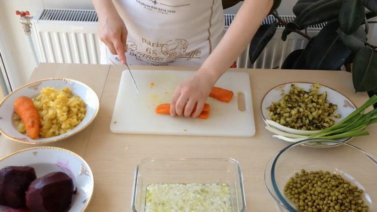 Для приготовления салата нарежьте морковку