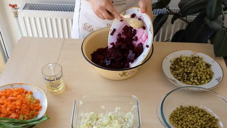 Для приготовления салата нарежьте свеклу