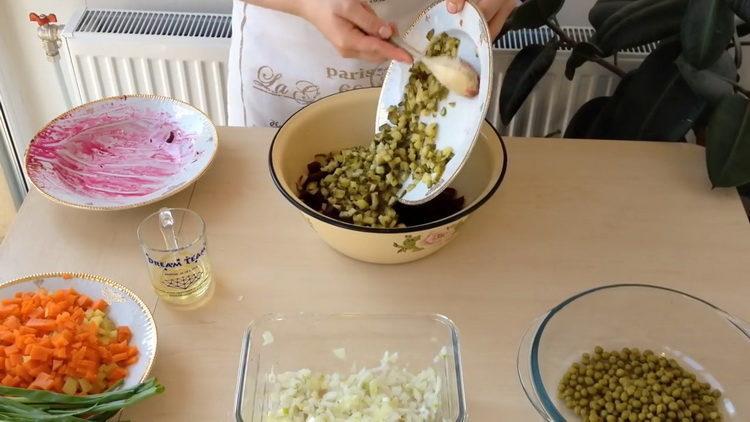 Для приготовления салата добавьте огурец
