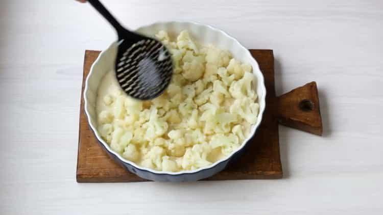 Для приготовления блюда нарежьте капусту