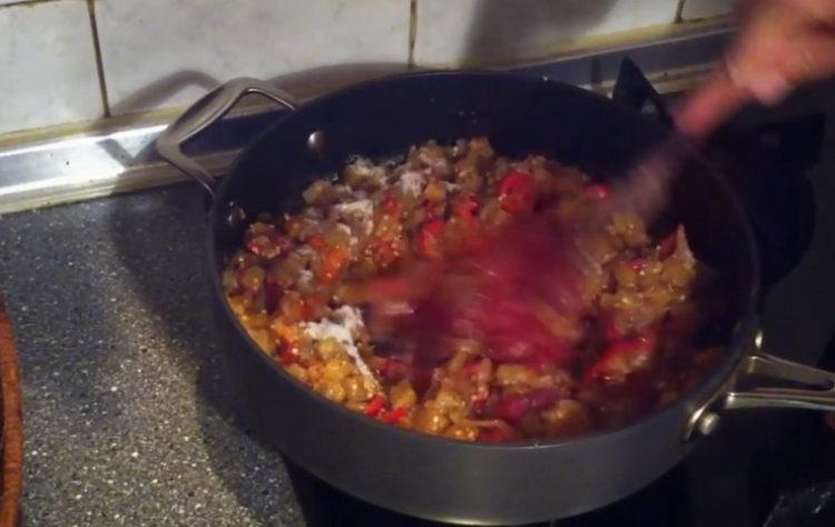 Для приготовления блюда добавьте томатную пасту
