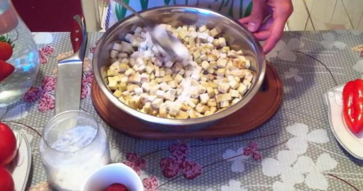 Для приготовления блюда нарежьте баклажан