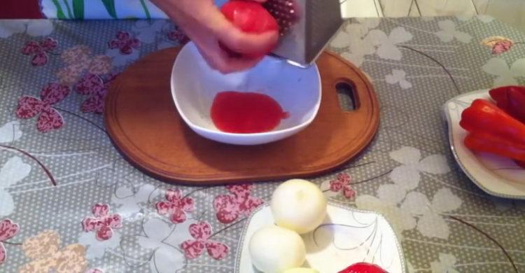 Для приготовления блюда натрите помидоры