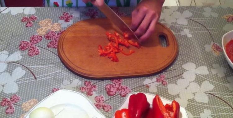 Для приготовления блюда нарежьте перец
