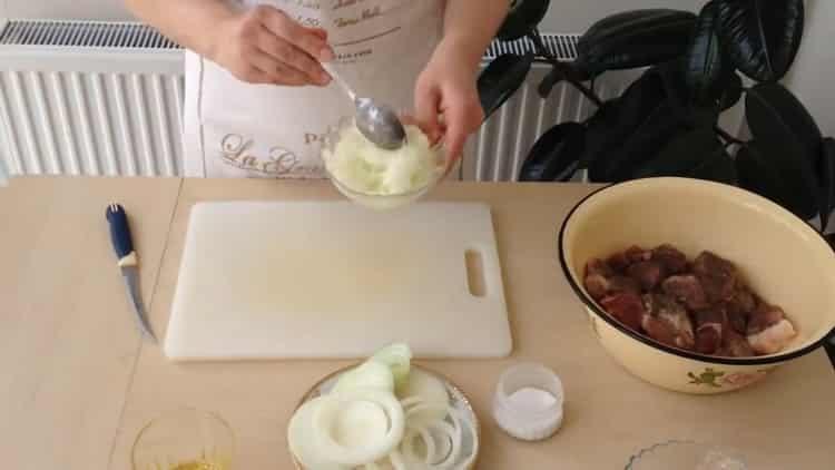 Для приготовления блюда приготовьте кашицу из лука