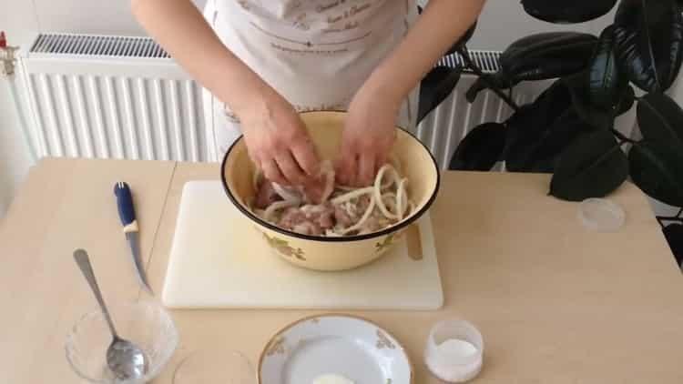 Для приготовления блюда добавьте лук