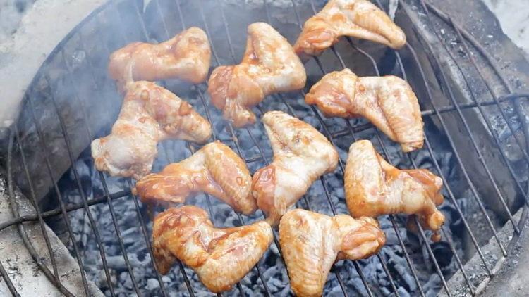 Для приготовления блюда обжарьте крылья