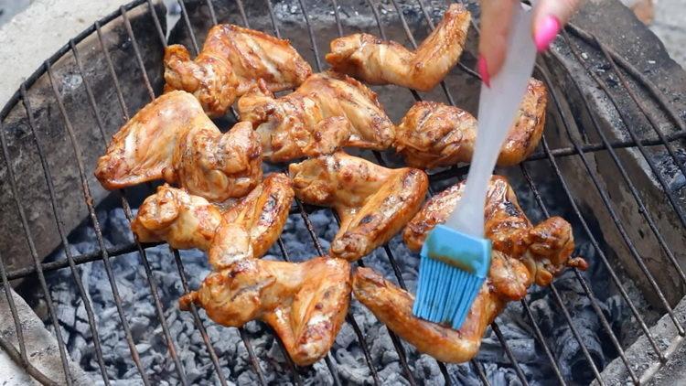 Для приготовления блюда смажьте маринадом крылья