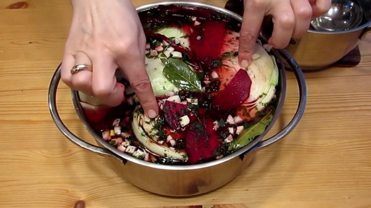 Для приготовления блюда залейте рассолом овощи
