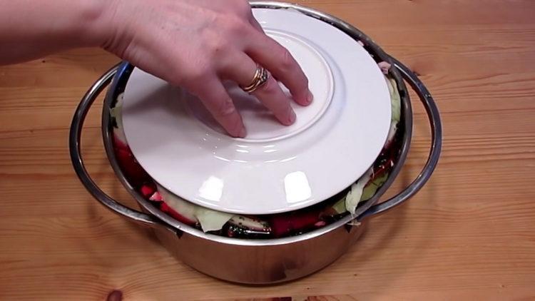 Для приготовления блюда накройте тарелкой овощи