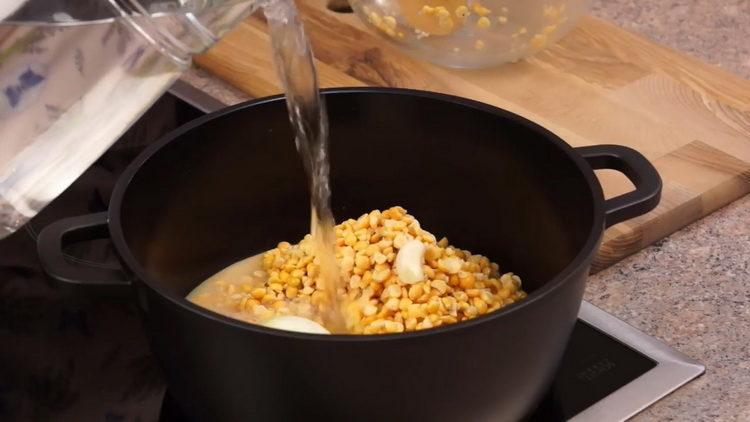 Для приготовления блюда налейте воду